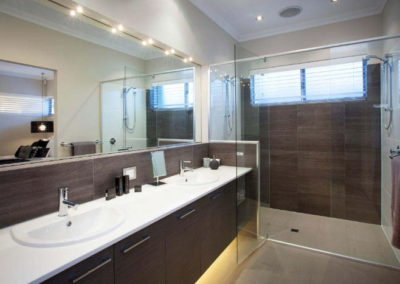 bathroom with venetian blinds in shower