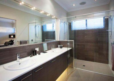 bathroom with venetian blinds in shower